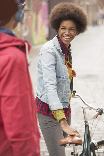Couple marchant ensemble sur la rue de la ville — Photo de stock