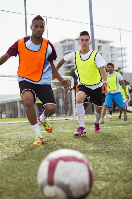 Футбол-плеєри бігати штовхнути м'яч на полі — стокове фото