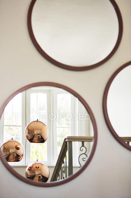 Reflexion von Kupfer Pendelleuchten in Runde Spiegel — Stockfoto