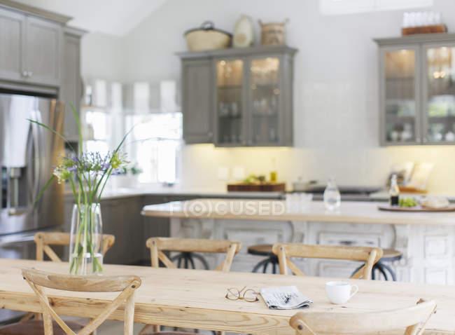 Holztisch in der Luxusküche — Stockfoto