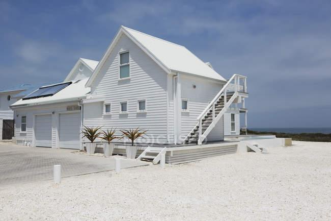 Lujosa casa moderna durante el día - foto de stock