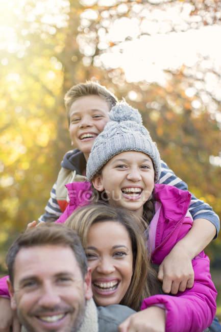 Porträt begeisterte Familie beim Umarmen im Freien — Stockfoto