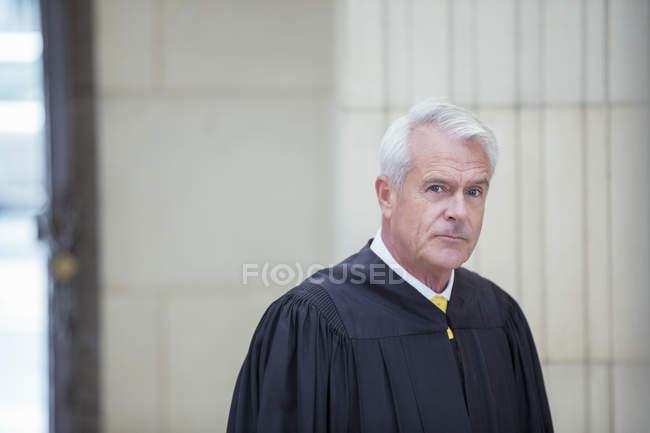 Juez en el Palacio de justicia - foto de stock