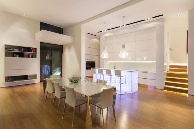 Zona Pranzo Moderna.Zona Pranzo E Cucina In Casa Moderna Sullo Sfondo Al