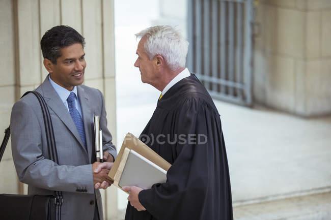 Суддя і адвокат говорити в будівлі суду — стокове фото