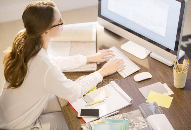Interior designer che lavora al computer in home office — Foto stock