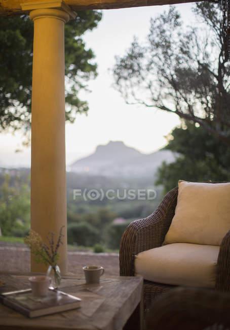 Poltrona in vimini sul patio di lusso — Foto stock
