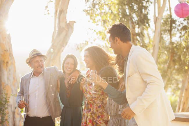 Счастливая красивая семья празднует с напитками — стоковое фото