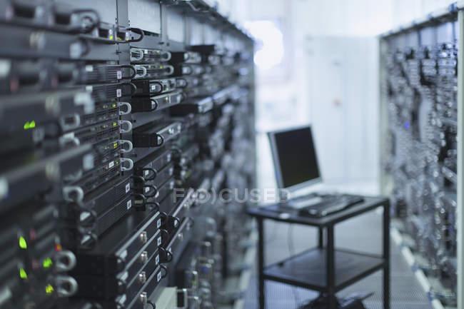 Комп'ютер на кошик в сервер приміщення коридору — стокове фото