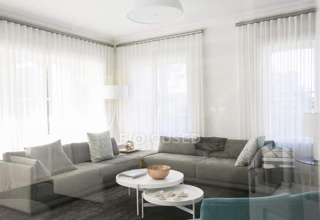 Vitrine casa sala de estar com sofás — Fotografia de Stock