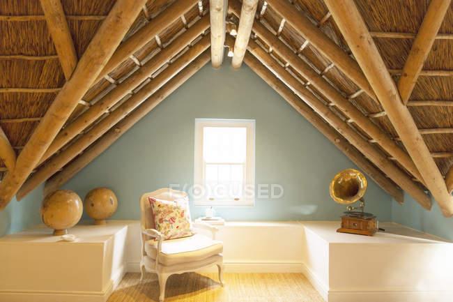 Sessel auf Luxus Dachboden unter Holzdach — Stockfoto