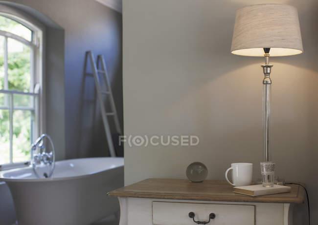 Abajur na mesa de cabeceira no quarto — Fotografia de Stock