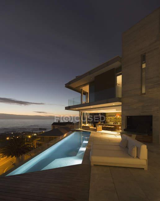 Pátio exterior com piscina de colo e vista para o mar — Fotografia de Stock
