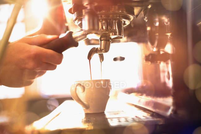 Крупним планом barista, використовуючи еспресо-машина — стокове фото