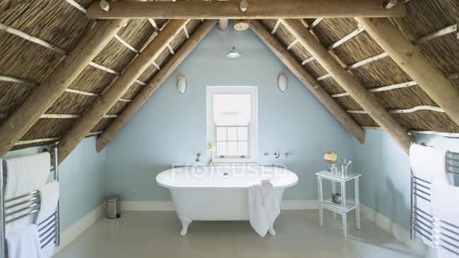 Luxus Dachgeschoss Badezimmer unter Holzdach — Stockfoto