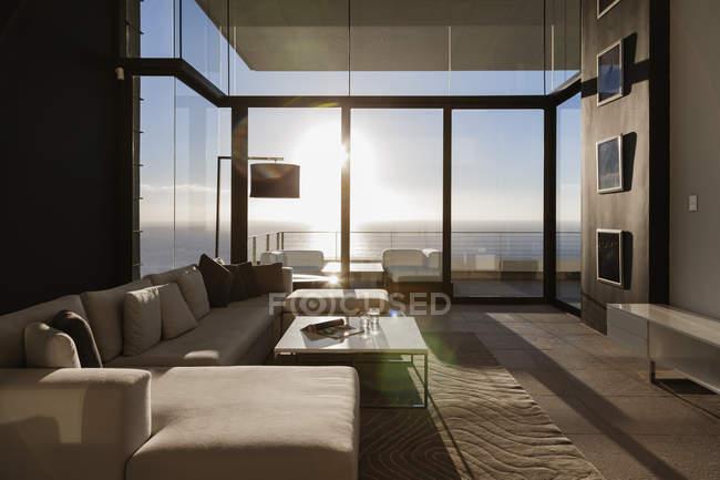 Salon moderne donnant sur l'océan — Photo de stock