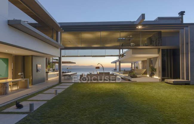Illuminate moderna, cortile di casa vetrina di lusso e casa — Foto stock