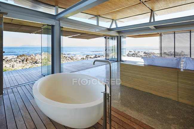 Moderne Luxus nach Hause Schaufenster Bad und Waschbecken mit Blick aufs Meer — Stockfoto