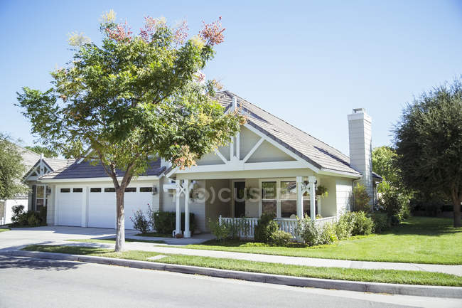 Sunny house and yard — Stock Photo