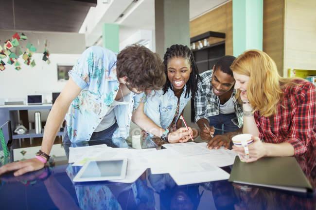 Menschen, die im Café zusammenarbeiten — Stockfoto