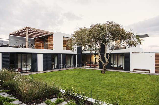 Moderno, casa de lujo escaparate exterior - foto de stock