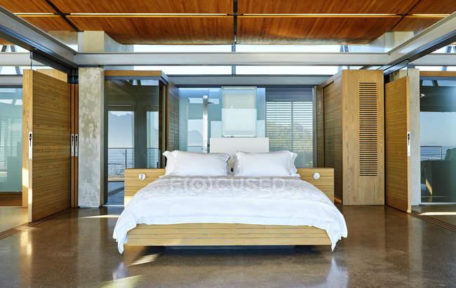 Moderne Luxus nach Hause Schaufenster Schlafzimmer — Stockfoto