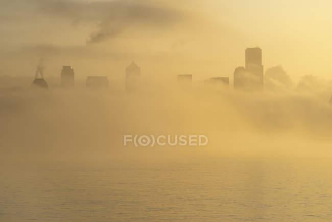 Névoa sobre o horizonte da cidade durante o dia — Fotografia de Stock
