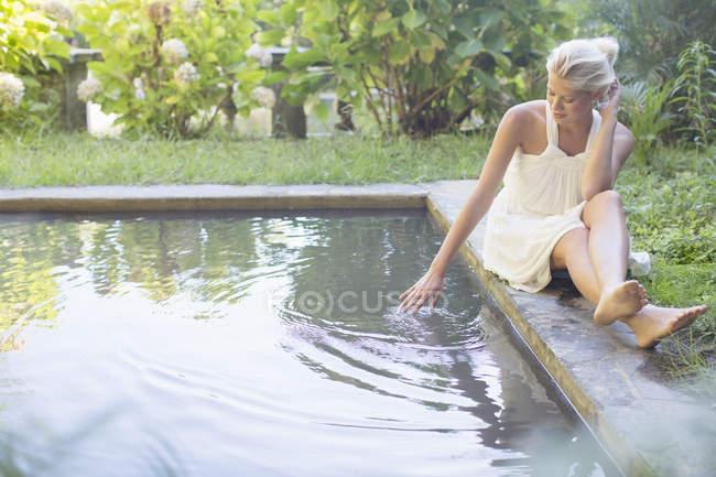 Жінка розслаблюючий басейн — стокове фото