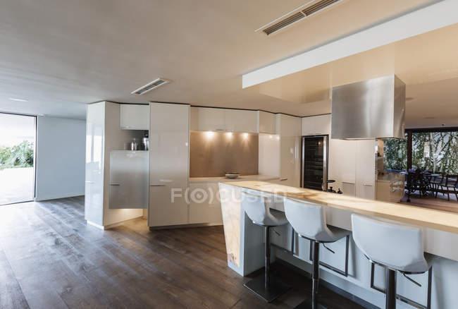 Cozinha interiores de luxo moderno, minimalista casa vitrine — Fotografia de Stock