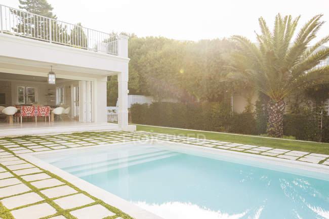 Luxus-Swimmingpool umgeben von fertiger Steinen — Stockfoto