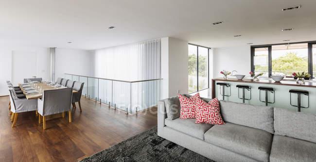 Luxo casa vitrine interior sala de jantar, sala de estar e cozinha de plano aberto — Fotografia de Stock