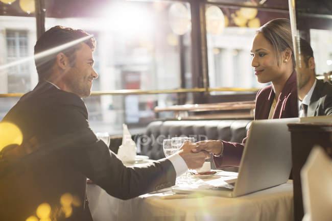 Les gens d'affaires serrent la main au restaurant — Photo de stock