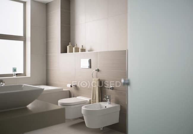 Внутренний вид на современную ванную — стоковое фото