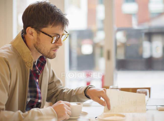 Щасливі юнак п'ють кави в кафе — стокове фото