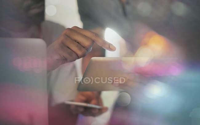 Primer plano gente de negocios usando tableta digital - foto de stock