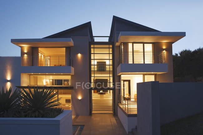 Современный дом, освещенной ночью — стоковое фото