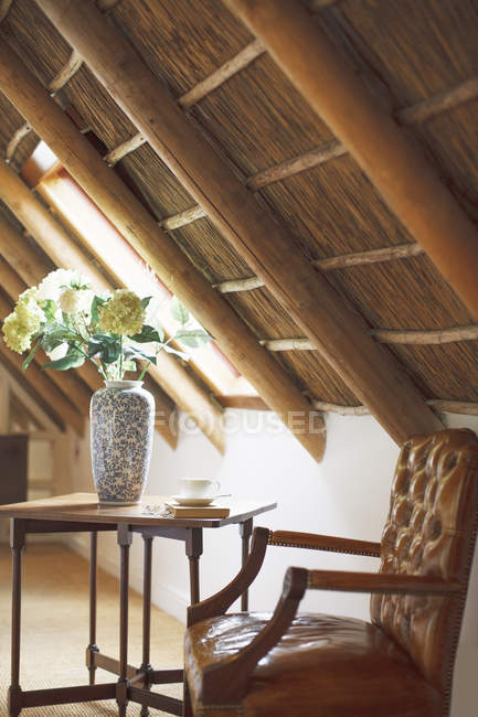 Blumenstrauß in der Vase auf Luxus Dachboden unter Holzdach — Stockfoto