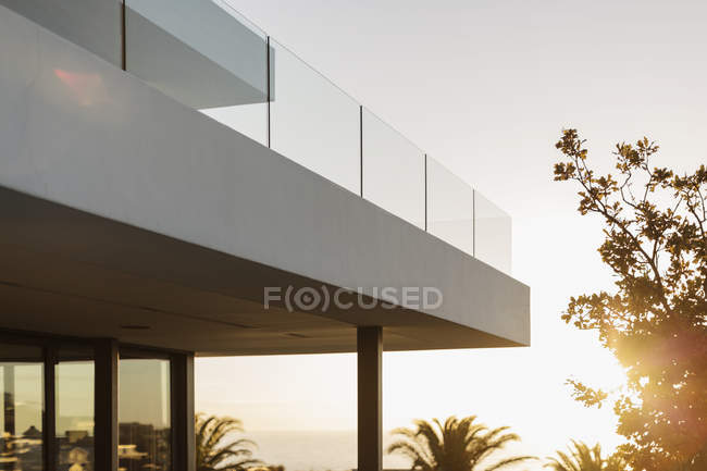 Balcony of modern luxury home showcase exterior at sunset — Stock Photo