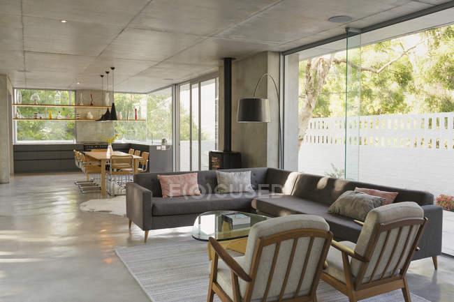 Розкіш, сучасного будинку Вітрина інтер'єр вітальні і їдальні відкритого планування — стокове фото