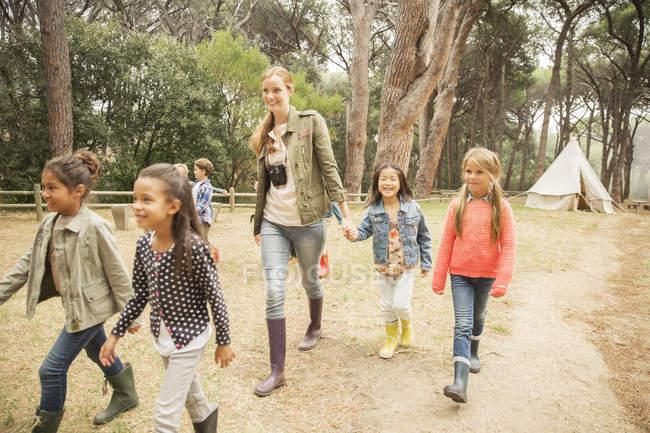 Studenti e insegnante che camminano sul sentiero sterrato — Foto stock