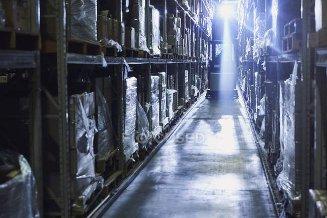 Подсветка вилочного погрузчика в отделе сбыта — стоковое фото