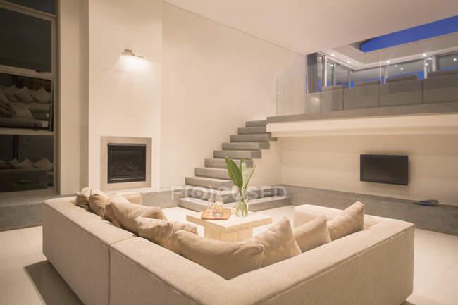Salone moderno con balcone illuminato di notte — Foto stock