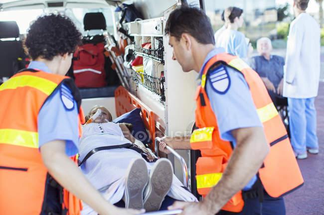 Paramédicos, examinar o paciente na ambulância — Fotografia de Stock