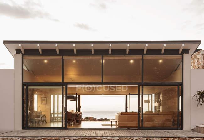 Home Schaufenster außen offen für Meerblick — Stockfoto