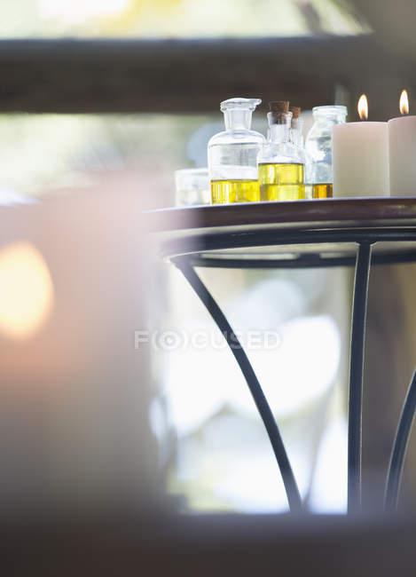 Huiles essentielles et bougies sur table — Photo de stock