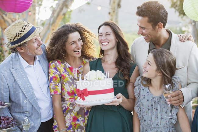 Linda e feliz família comemorando aniversário juntos — Fotografia de Stock
