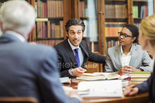 Адвокаты, встреча в камерах — стоковое фото
