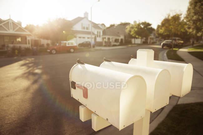 Папки на пригородной улице — стоковое фото