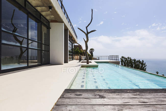 Luxury lap pool overlooking ocean — Stock Photo