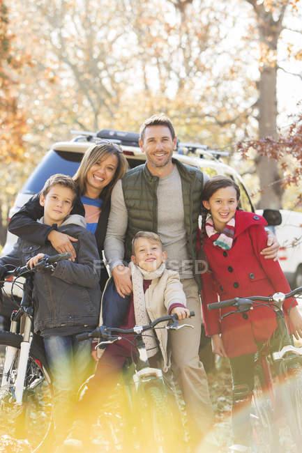 Retrato sonriente familia con bicicletas de montaña al aire libre - foto de stock